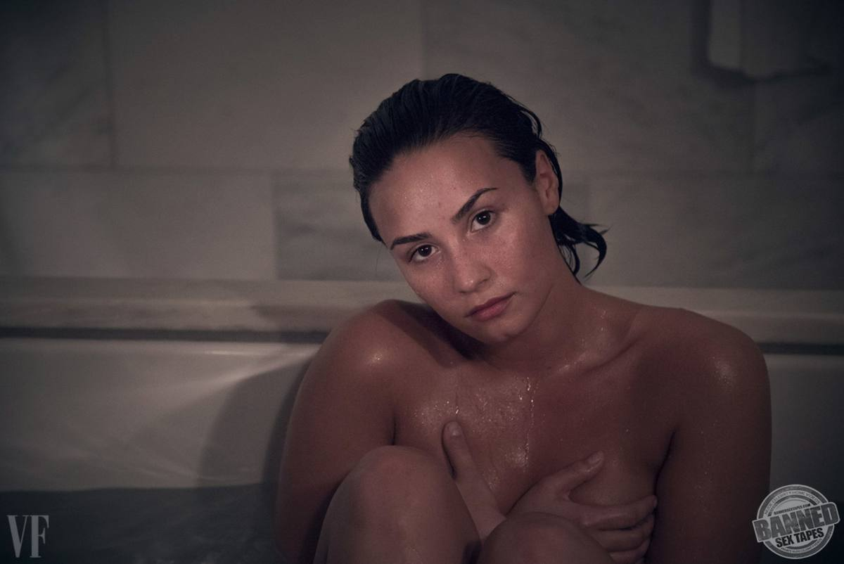 Demi Lovato Nude Showing Vigina